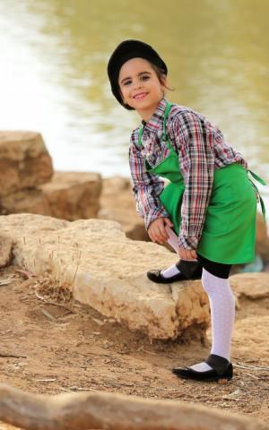 דגם 149 א' חולצה משובצת סינר ירוק וקסקט לכיתה א'